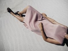Elisa from www.schwarzersamt.com is wearing a TOPSHOP dusty pink plissee dress, EDITED sandals, LOVELAURENALEXA arm cuff, celine knot bracelet, Location: Cape Town, South Africa, beach, sand, beachlife, beachshooting, seaside, blush plissee, plissee dress