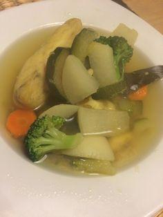 Estou a fazer experiências sobre estas sopas, ou caldos de peixe! A verdade é que basta temperar água com sal, pimenta, especiarias a gosto ( neste caso alecrim, louro e curcuma), juntar os legumes que vos apetecer e as postas do peixe que igualmente vos apetecer! Nesta também juntei 3 colheres de sopa de um mix de lentilhas vermelhas e verdes para lhe acrescentar algum proteína. Ficam sempre uma delicia e são super saudáveis!