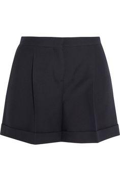 Dass Shorts ursprünglich der Männermode entstammen, ist beim Anblick der neuen, betont femininen Interpretationen schnell vergessen: Die Styles der Fashion Week und Shorts zum Nachshoppen gibt es hier.