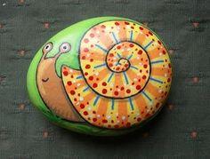 Kedibu Murales y Objetos Decorativos: Piedras pintadas: serpiente enroscada y caracol by blackbirdsugarskull