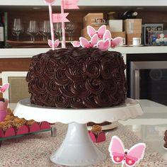 Bolo Romântico  ➡️Massa de chocolate com recheio de brigadeiro e confeitado com ganache #vanessisses #doces #brigadeiro