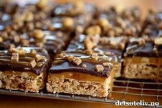 Hei, Snickerskake i langpanne er superpopulær her på bloggen, både med lys sjokoladeglasur og mørk sjokoladeglasur. Nå kan jeg fortelle dere noe kult: Kaken blir enda bedre med et lag karamell i tillegg til sjokoladeglasuren! Oppskriften er til stor langpanne. Baking Tips, Let Them Eat Cake, Oreo, Nom Nom, Cake Recipes, Sweet Treats, Food Porn, Food And Drink, Sweets