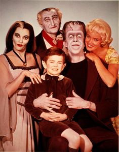 The Munsters Herman, Lily, Grandpa, Marilyn and Eddie. Starring Fred Gwynne and the beautiful Yvonne De Carlo. Another fantastic and very funny show. Herman had the best laugh. The Munsters, Munsters Tv Show, Photo Vintage, Vintage Tv, The Monsters Tv Show, La Familia Munster, Munster Family, Old Shows, Old Tv