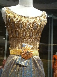 Thai tradition dress of HM the Queen of Thailand - Closer look at the detail...