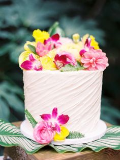 With all the tropical elements in shoot from Angelica Chang Photography, In Focus Events, and Florals by Isabelle, difficult to believe it a Cake for you Luau Cakes, Party Cakes, Hawaiian Gardens, Bolo Floral, Hawaian Party, Luau Party, Hawaiian Party Cake, Hawaiian Wedding Cakes, Hawaiian Cakes