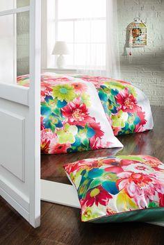 miaVILLA_Eine Bettwäsche zum Wohlfühlen und Entspannen. Wenn Sie nach einem langen und stressigen Tag müde und ausgelaugt ins Bett fallen, ist es besonders wichtig, dass eine sanfte Bettwäsche auf Sie wartet, in die Sie sich entspannt hineinkuscheln können. Dank des hochwertigen Stoffes sorgt die Wäsche für ein sanftes und geschmeidiges Gefühl und eine angenehme Nachtruhe. Romantische Blumenbettwäsche im Wende-Look. Maße: ca. Bezug: 135 x 200/ Kissen: 80 x 80 cm