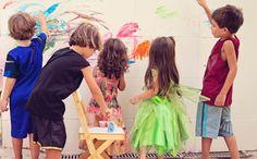 Festa infantil com oficinas divertidas faz a alegria das crianças. Mural de pintura na parede de azulejo.