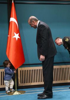 Çocuk neyin arkasına saklanacagını çok iyi biliyor vampire hac işareti gösterir gibi. Military Family Photography, Turkey Country, Allama Iqbal, Turkish Men, Head Of State, Islam Muslim, Great Leaders, World's Most Beautiful, Ottoman Empire