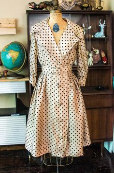 ⌘Vintage late 1950s dress featuring:  *Dress is made of a beige silk and is partially lined with cotton *Center back zipper, buttons in front, wide