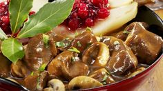 Wenn es draußen kalt wird genau das Richtige: Rehgulasch mit Preiselbeer-Birne | http://eatsmarter.de/rezepte/rehgulasch-mit-preiselbeer-birne
