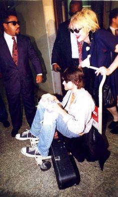 O Nirvana desembarcou no aeroporto de Guarulhos, em São Paulo, na manhã do dia 15 de janeiro de 1993. A imagem de Kurt Cobain sentado em um carrinho de bagagens, sendo empurrado por sua mulher, Courtney Love, ficou eternizada na memória em torno do Hoolywood Rock