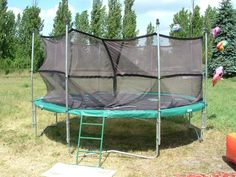 Urządzenie rekreacyjne wykorzystywane na imprezach firmowych i festynach. Na trampolinie o dużej średnicy np. cztery metry może jednocześnie skakać więcej osób co uatrakcyjnia zabawę i pozwala na wykonywanie ewolucji grupowych.