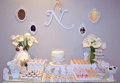Mesa de Decoração Clean  para Aniversário ou Chá de bebê - Princesa  Produzimos todos os itens que compõem esta mesa, incluindo doces, cup cakes, lembrancinhas, tags e rótulos personalizados, painel para parede, vasos, suportes e pratos.  OPÇÃO 1: KIT FESTA com os itens de seu interesse para que você mesmo monte sua festa.  OPÇÃO 2: FESTA COMPLETA - montagem de decoração no local da festa de acordo com o número de convidados.  Solicite seu orçamento pelo email: scrapfest.vs@gmail.com