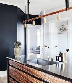 Stilfuldt køkken med sorte vægge.