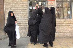 Iraanse vrouwen op pelgrimstocht in Damascus fotograferen de laatste mode met hun telefoon. Foto: Marco in 't Veldt