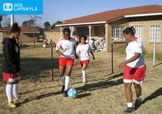 Tyttöjä pelikentällä eteläafrikkalaisessa SOS-lapsikylässä. #jalkapallo #SOS-Lapsikylä #Etelä-Afrikka