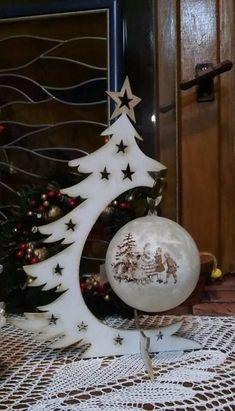 Placa de Porta Caixa para panetone Noel para batente de porta Janelinha natalina - Her Crochet Christmas Wood Crafts, Christmas Design, Christmas Projects, Christmas Art, Holiday Crafts, Christmas Holidays, Christmas Bulbs, Holiday Decor, Deco Table Noel