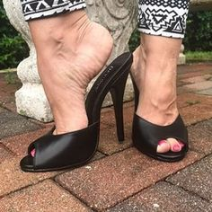 highheels love (@shoeslove18) • Instagram photos and videos Women's Plus Size Swimwear, Pretty Toes, Female Feet, Sexy Feet, Foto E Video, Heeled Mules, Peep Toe, High Heels, Beautiful