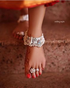 Trending Bridal Indian anklet Ideas - BRIDAL PAYAL designs you'll LOVE for the Big Day Put your best foot forward pick your Indian bridal anklet from stunning bridal payal designs for your big day from our editors pick of bridal jewellery Payal Designs Silver, Silver Anklets Designs, Silver Payal, Anklet Designs, Henna Designs, Fancy Jewellery, Gold Jewellery Design, Stylish Jewelry, Fashion Jewelry