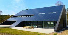 Het zonnedak bestaat uit 385 m2 fotovoltaïsche panelen die niet alleen 44.000 kWh stroom produceerden in het eerste jaar, maar tevens de rol van dakbedekking vervullen. (Foto: Geert De bruyn)