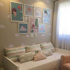 O tema nuvem para decorar quartos de bebê está cada vez mais em alta, por ser uma ideia muito fofa, delicada e neutra, além de combinar muito com bebês. Veja dicas de como como fazer um quartinho com essa temática e descubra as melhores ideias para o seu bebê! Nursery Wall Decor, Baby Decor, Room Decor, Kids Table And Chairs, Kid Table, Baby Bedroom, Girls Bedroom, Baby Corner, Boy Girl Room