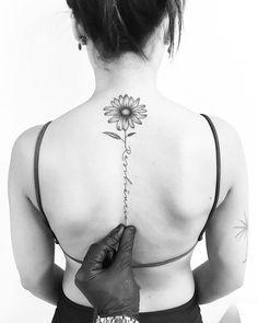"""Tatuagem feita por Carlos Eduardo """"Cabelo"""" de Ilha Bela - SP. Resiliencia. Escrita com traço fino nas costas e com margarida na ponta."""