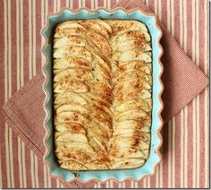Yummy-looking almond apple cake. Make this for Christmas perhaps?