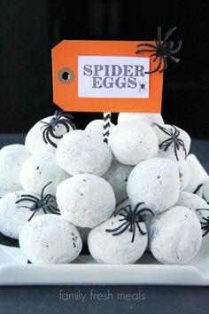 Fun Halloween Food Spider Egg Donuts If this doesn't give you goosebumps then nothing will! What a great idea for a Halloween snack! You should definitely set out some Spider Egg Donuts at your Halloween party for a spooky treat! Halloween Desserts, Postres Halloween, Halloween Donuts, Creepy Halloween Food, Fröhliches Halloween, Hallowen Food, Disneyland Halloween, Halloween Cocktails, Halloween Goodies