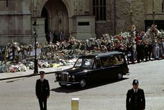 Funeral of Diana, Princess of Wales - The hearse containing the coffin of Diana leaves Westminster Abbey after the funeral service. (Photo by Jeff Overs/BBC News & Current Affairs via Getty Images) Princess Diana Quotes, Princess Diana Funeral, Spencer Family, Lady Diana Spencer, Kate And Harry, Royal Family Pictures, Diana Williams, Charles Spencer, Diana Fashion