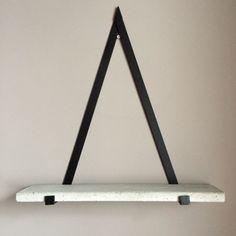 Decorar con formas geométricas: estante de pared en forma de triángulo #decoracion #formasgeometricas #triangulos