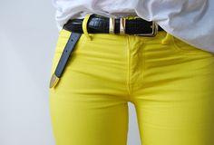 Pantalon jaune et tshirt blanc, summer look - a certain romance