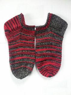 socks are knitted in EU size, but size is ajustable Wool Socks, Knitting Socks, Crochet Slippers, Knit Crochet, Knitting Accessories, Knitting Patterns, Knitting Ideas, Free Pattern, Daisy