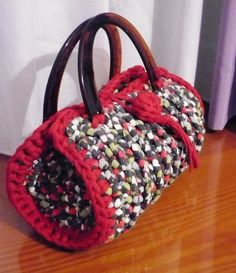 like the round edge simple construction. Bag Crochet, Crochet Handbags, Crochet Purses, Free Crochet, Woolen Craft, Yarn Bag, Diy Tote Bag, T Shirt Yarn, Knitted Bags