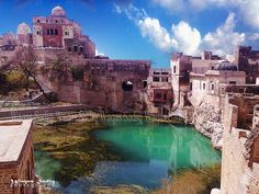 Katasraj Mandir is a Hindu mandir situated in Choa Saidan Shah, Chakwal district, Punjab in Pakistan. Dedicated to Shiva, the temple has existed since the days of Mahābhārata and the Pandava brothers spent a substantial part of their exile at the site. Hindu Mandir, Indian People, Places Of Interest, Pilgrimage, Incredible India, Shiva, Blessings, Indiana, Temple