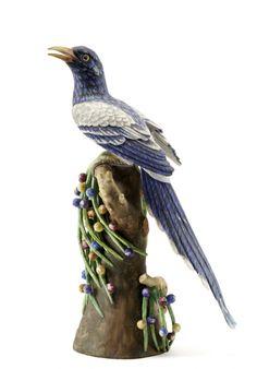 Ave, escultura em biscuit moldado e relevado, fabrico da Vista Alegre. Decoração policroma realista pintada à mão. Marca de fabrico na base.