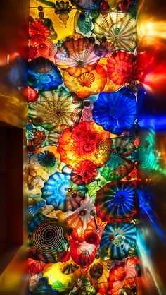 chihuly, please come decorate my house in your spare time. love, jessie Glass creations by Dale Chihuly Dale Chihuly, Stained Glass Art, Mosaic Glass, Glass Vase, Sea Glass, L'art Du Vitrail, Instalation Art, City Art, Rainbow Colors