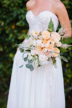 Vestido de noiva e buquê devem combinar?