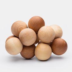 Greifling, aus Holzkugeln (ø 3cm), Ahorn-, Kirsch- und Buchenholz, nur mit Pflanzenöl behandelt    Einfach gutes Spielzeug - dieser Baby-Greifling ist ganz außergewöhnlich. Die griffigen, nur mit Leinöl behandelten Holzkugeln mit einem Durchmesser von drei Zentimetern sind an einem robusten Gummiband fest miteinander verbunden. Das Baby kann die Kugeln nach Belieben verschieben - über-, unter- und nebeneinander. Und später wird aus dem Greifling ein toller Handschmeichler, den auch größere…