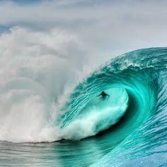 """""""¿Quién da más? Teahupoo @timmckenna #surf #surfing #aerialphoto #lovetahiti #yatch #drone #tahiti #polinesia #islas #paraíso #viajar #viajes #playas #dronestagram #verano #moorea #polynesia #couples #honeymoon #escapadas #travel #getaway #paradise #pol"""
