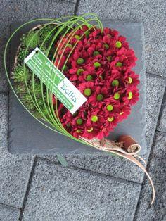 Modern grafstuk in hartvorm. Funeral Flower Arrangements, Funeral Flowers, Floral Arrangements, Fleurs Toussaint, Love Flowers, Beautiful Flowers, Funeral Tributes, All Souls Day, Wreaths And Garlands