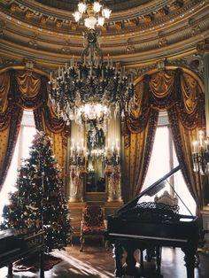 Raindrops and Roses Old World Christmas, Christmas Scenes, Noel Christmas, Merry Little Christmas, Christmas Is Coming, Christmas Displays, Christmas Ideas, Elegant Christmas, Victorian Christmas