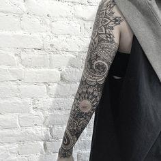 Blackwork Tattoo Oberarm