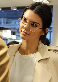 Kendall Jenner Womens Glasses Frames, Eyeglasses Frames For Women, Kendall Jenner, Ray Ban Mujer, 60 Year Old Woman, Glasses Trends, Glasses Outfit, Eyewear Trends, Hairstyles With Glasses