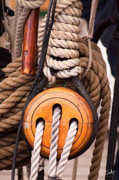 Poulie en bois, cordage en chanvre, tout le charme des vieux voiliers traditionnels.