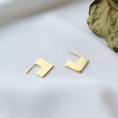 This simple design is striking. The square version of the disc. This item is made of gold plated 925 Sterling Silver. Hypoallergenic. Buy it with the Flush_Disc and have 2 pairs of earrings for any mood!