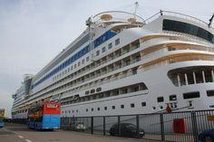 """Seit 2008 hat die """"Schöne"""" Wasser unter dem Kiel und wartet mit vielen Superlativen auf. Auf 13 Decks finden 2.050 Passagiere der #AIDAbella in 1.035 Kabinen Platz."""