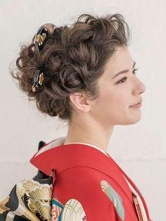 前髪はトップから編み込みをし、後ろ髪は三つ編みをくずして全体にゆるやかなウエーブを出しながらアップにしています。  ■お問い合わせ先 ハツコ... Up Styles, Hair Styles, Hair Arrange, Japanese Outfits, Wedding Hairstyles, Hair Makeup, Kimono, Wedding Dresses, Clothes