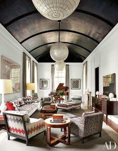 Soffitto scuro a volta e pareti bianchi: davvero un effetto insolito per casa vostra!  CERLOVERS