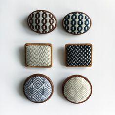 こぎん刺し木枠のブローチ Sashiko Embroidery, Embroidery Thread, Cross Stitch Embroidery, Embroidery Patterns, Types Of Buttons, Cloth Pads, Craft Show Ideas, Cross Stitch Samplers, Design Crafts