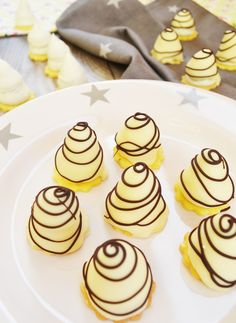 They shouldn& be missing at Christmas! White Chocolate Sp Die dürfen an Weihnachten nicht fehlen! Weiße Schokolade-Spitzen They shouldn& be missing at Christmas! White chocolate tips - Bolo Cookies And Cream, Cake Mix Cookies, Cookies Et Biscuits, Chocolate Cookie Recipes, Easy Cookie Recipes, Chocolate Chip Cookies, Food Cakes, Cake Mix Recipes, Cupcake Recipes